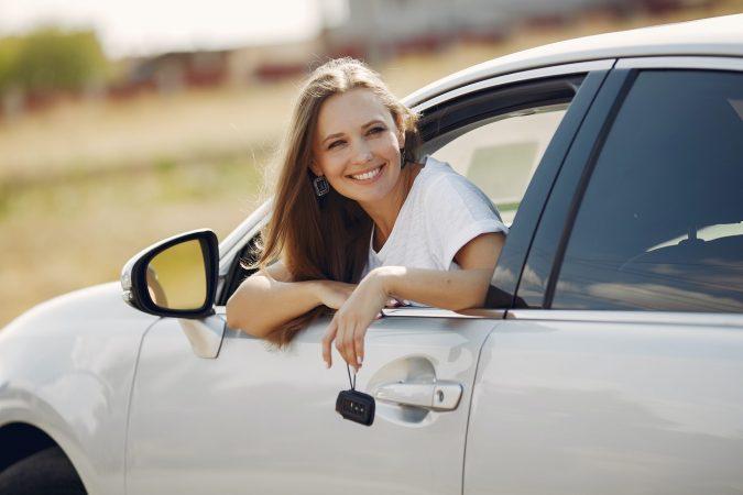 chica feliz auto sabado manana
